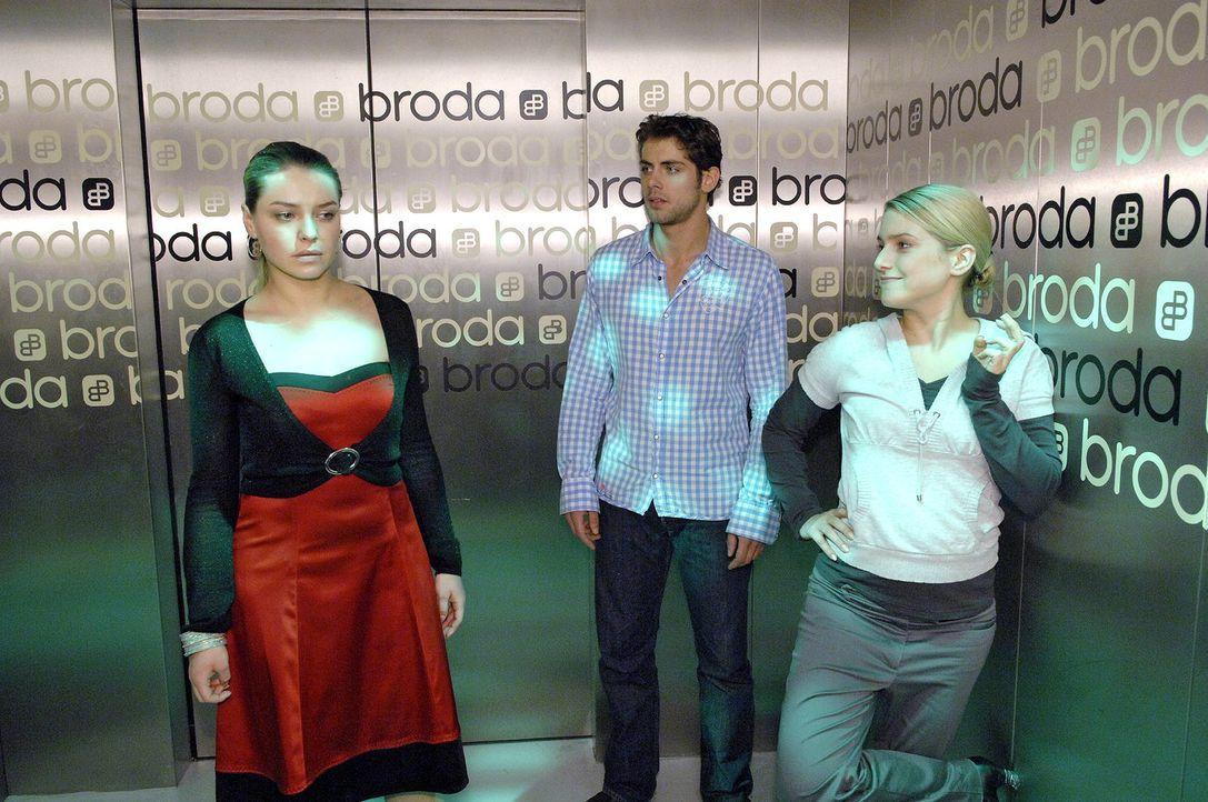 Jonas (Roy Peter Link, M.) ist fassungslos, als Katja (Karolina Lodyga, l.) Annas (Jeanette Biedermann, r.) Unschuld gesteht.