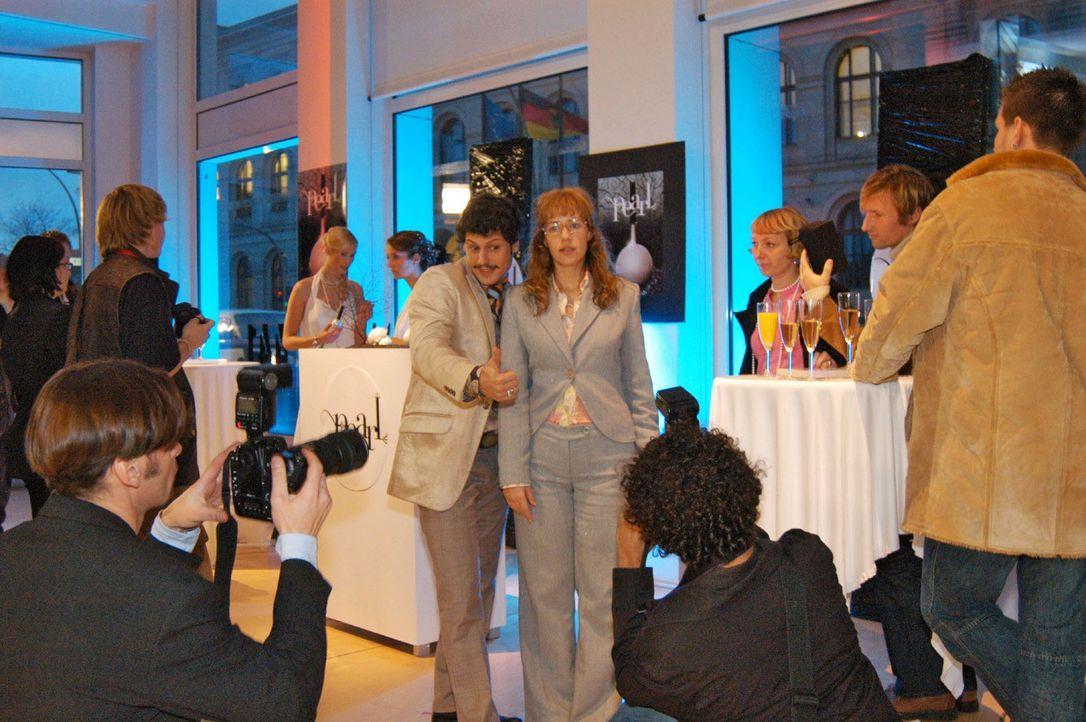 Die Parfumpräsentation ist in vollem Gange: Rokko (Manuel Cortez, l.) und Lisa (Alexandra Neldel, r.) lassen sich fotografieren. (Dieses Foto von A... - Bildquelle: Monika Schürle Sat.1