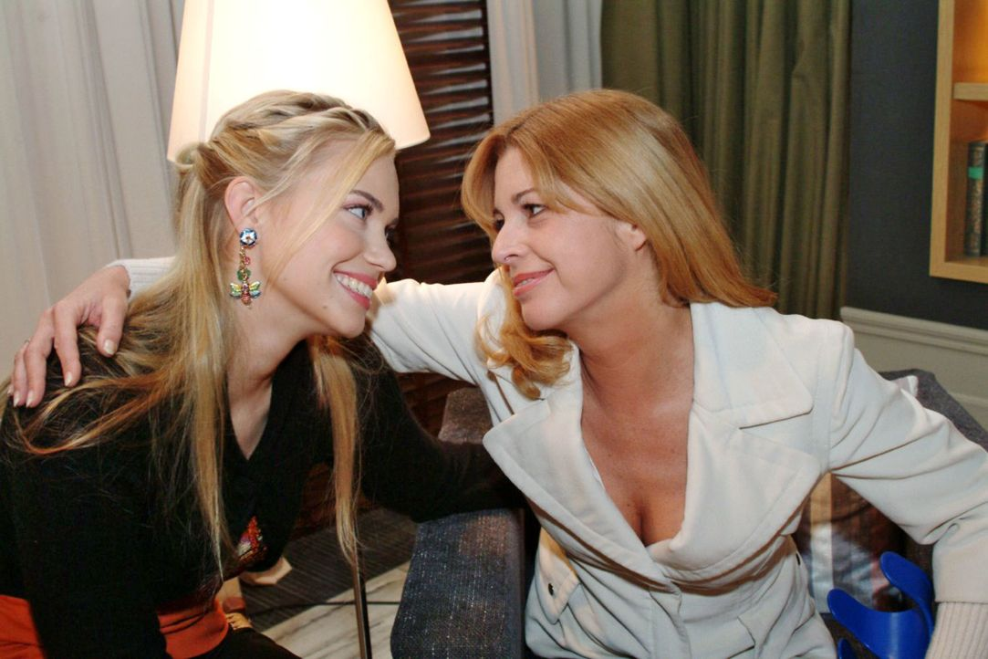 Laura (Olivia Pascal, r.) ist froh, dass Kim (Lara-Isabelle Rentinck, l.) ihr zur Seite steht und sie sich gegen Sophie wehren kann. - Bildquelle: Monika Schürle Sat.1