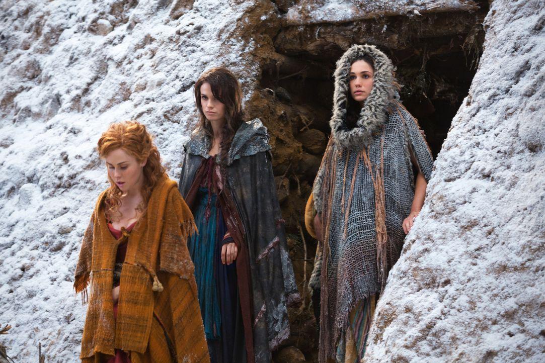 Weder Laeta (Anna Hutchinson, l.) noch Sybil (Gwendoline Taylor, M.) ahnen, dass die neu hinzugekommene Sklavin Kore (Jenna Lind, r.) die große Lieb... - Bildquelle: 2012 Starz Entertainment, LLC. All rights reserved.