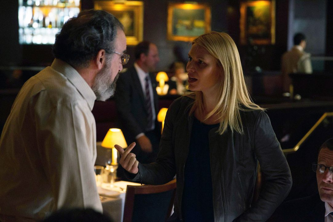 Carrie (Claire Danes, r.) wird vor den Untersuchungsausschuss zitiert und mit mehreren Fakten konfrontiert, die belegen, dass sie die Unwahrheit sag... - Bildquelle: 2013 Twentieth Century Fox Film Corporation. All rights reserved.