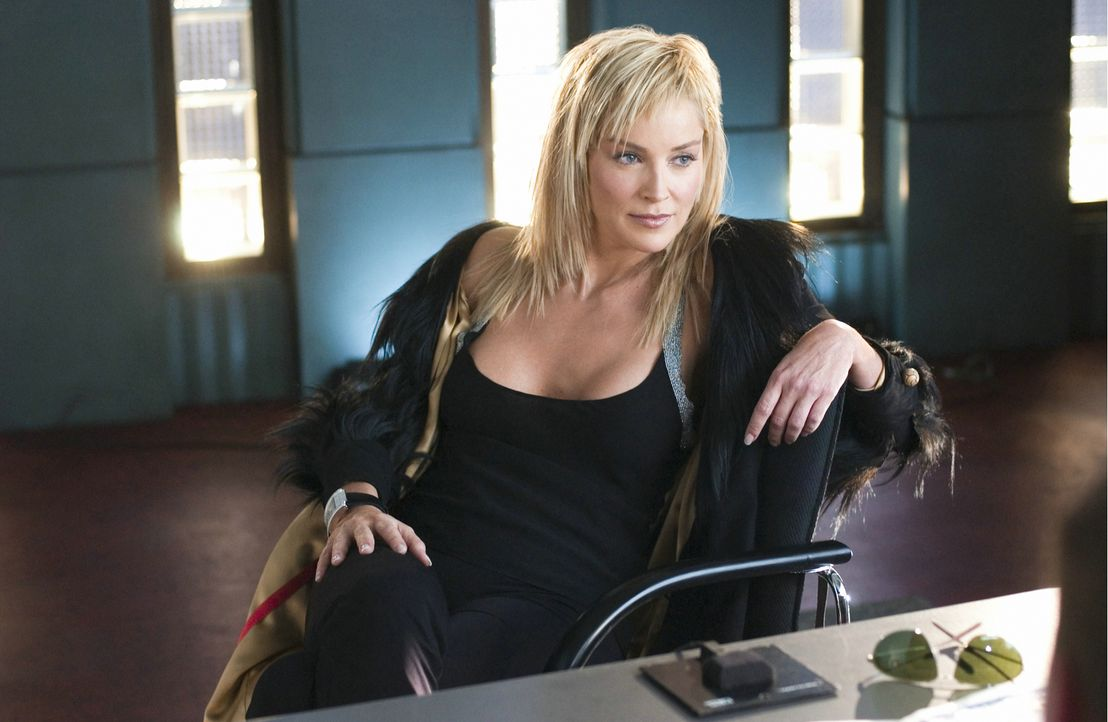 Catherine Tramell (Sharon Stone) schafft es immer wieder, die Männer in ihren Bann zu ziehen ... - Bildquelle: Constantin Film