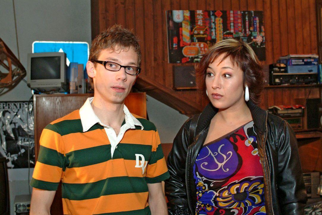 Jürgen (Oliver Bokern, l.) will Lisa helfen, die dringend Geld benötigt, um ein Supermodel zu bezahlen. Er hat auch schon einen Plan, bei dem ihn Yv... - Bildquelle: Monika Schürle Sat.1