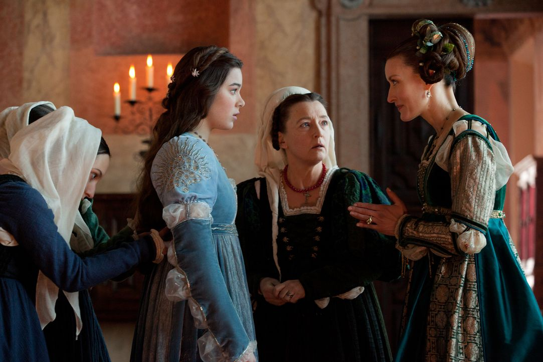 Während ihre Amme (Lesley Manville, M.) sie immer noch für ein Kind hält, ist sich Julias (Hailee Steinfeld, l.) Mutter Lady Capulet (Natascha McElh... - Bildquelle: 2013 R & J Releasing, Ltd.  All Rights Reserved.
