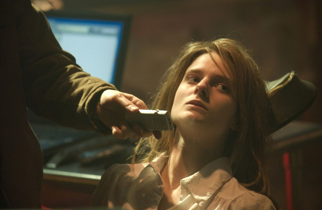 Kann Maya, die sich in der Gehirn des unbekannten Killers eingeklinkt hat, die junge Penelope (Amee Walden) noch retten ... - Bildquelle: Warner Bros. Television