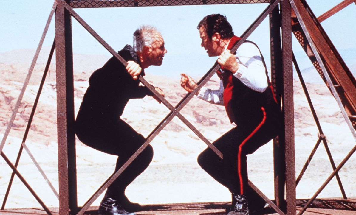 Captain Kirk (William Shatner, r.) kämpft gegen den fanatischen Dr. Soran (Malcolm McDowell, l.), der bereit ist, ein bewohntes Sonnensystem zu vern... - Bildquelle: Paramount Pictures