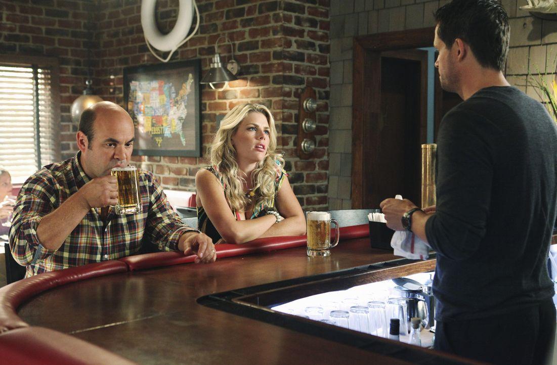 Laurie (Busy Philipps, M.) leidet sehr unter der Trennung von Smith. Obwohl sie ihren Kummer vor ihren Freunden nicht zugibt, wissen Grayson (Josh H... - Bildquelle: 2010 ABC INC.