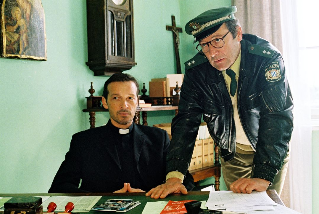 Johannes Rohner (Michael Roll, l.) wird von dem Dorfpolizisten Franz Breidenbach (Erich Hallhuber, r.) beschuldigt, mit dem Mord an dem Mädchen meh... - Bildquelle: Christian A. Rieger Sat.1