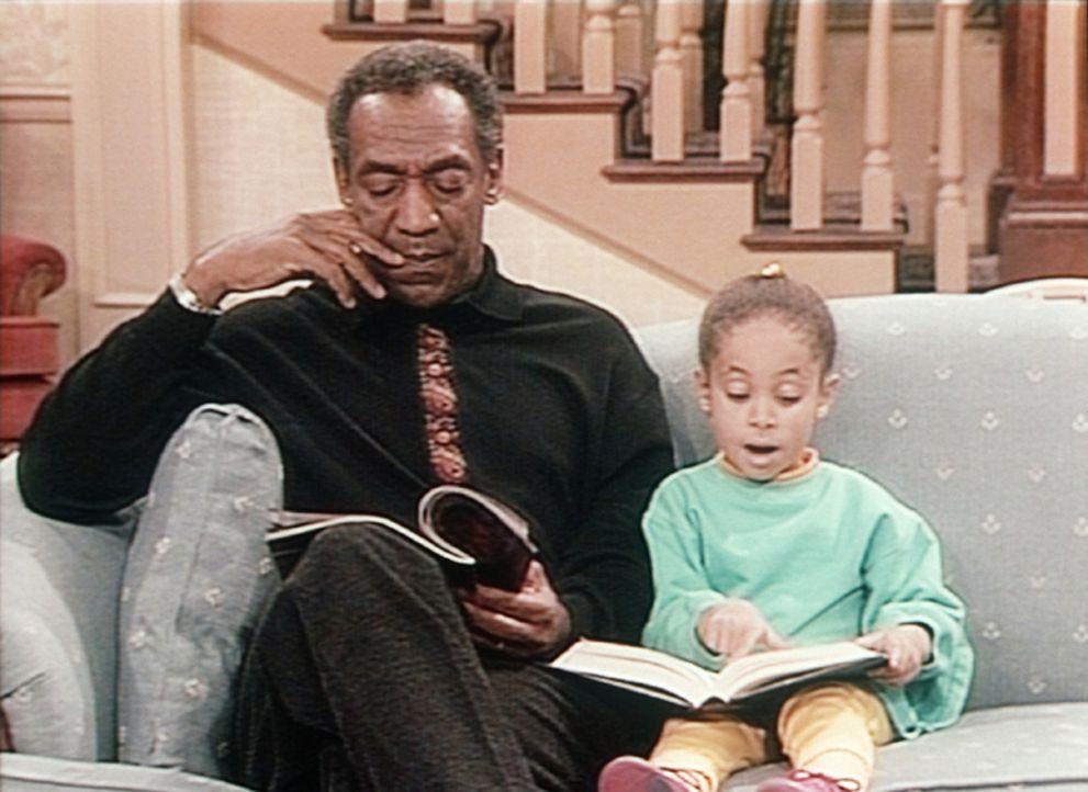Olivia (Raven Symone, r.) versucht Cliff (Bill Cosby, l.) weiszumachen, dass sie schon lesen kann. - Bildquelle: Viacom