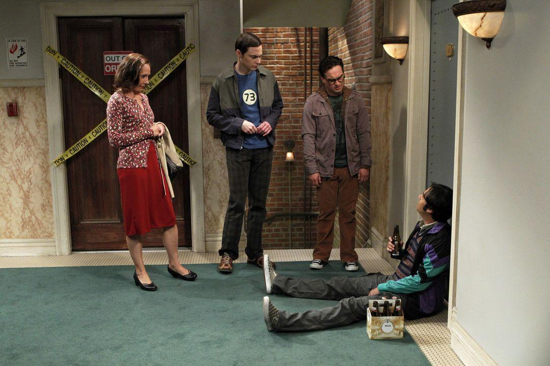 Sheldons Mutter Mary (Laurie Metcalf, l.) kommt zu Besuch und bringt das Leben der Freunde völlig durcheinander: Sheldon (Jim Parsons, 2.v.l.), Raj... - Bildquelle: Warner Bros. Television