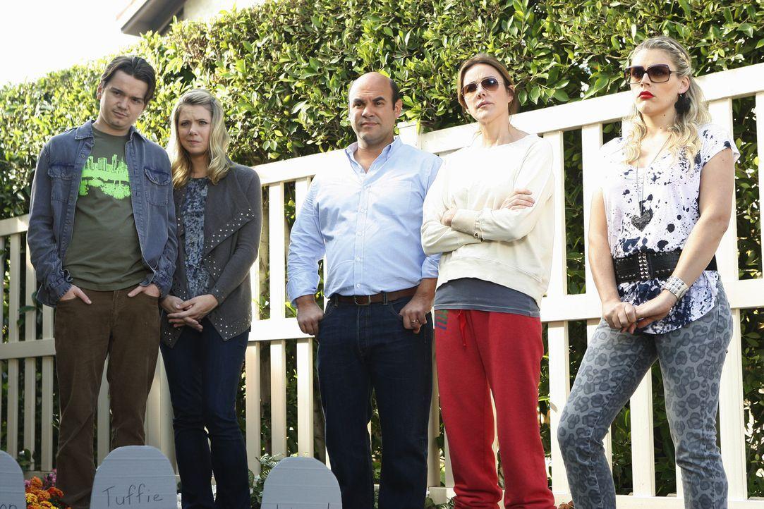 Bestaunen Jules' Tierfriedhof: (v.l.n.r.) Travis (Dan Byrd), Kirsten (Collette Wolfe), Andy (Ian Gomez), Ellie (Christa Miller) und Laurie (Busy Phi... - Bildquelle: 2010 ABC INC.