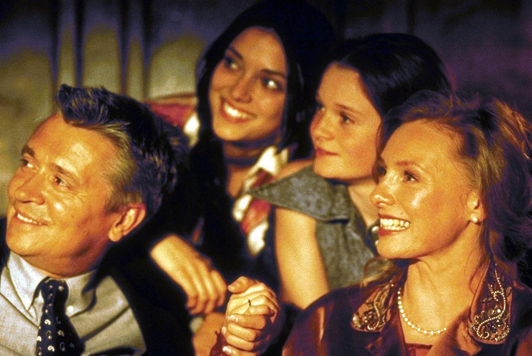 Noch ahnen Max (Henry Hübchen, l.), Anna (Ricarda Bramley, 2.v.l.), Jess (Natalie Spinell-Beck, 2.v.r.) und Ally (Marita Marschall, r.) nicht, was i... - Bildquelle: Andreas Kaysser ProSieben