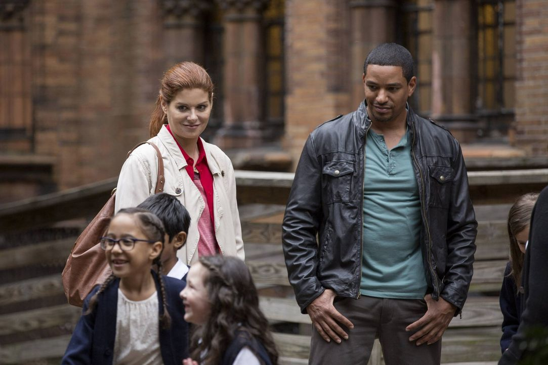 Während Jake ein Kindermädchen zum Vorstellungsgespräch eingeladen hat, müssen Laura (Debra Messing, hinten l.) und Billy (Laz Alonso, hinten r.) ei... - Bildquelle: Warner Bros. Entertainment, Inc.