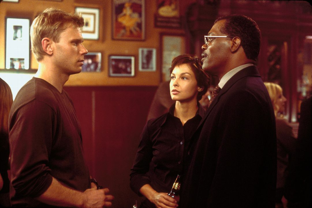 Zusammen mit dem Polizeipräsidenten John Mills (Samuel L. Jackson, r.), beginnt Jessica Shepard (Ashley Judd, 2.v.r.) mit den Ermittlungen zu den m... - Bildquelle: Paramount Pictures