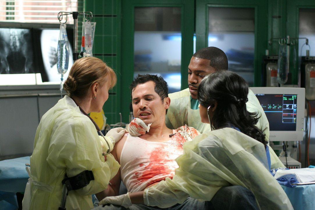 Nachdem Clemente (John Leguizamo, 2.v.l.) mit einer Schussverletzung im County erschienen ist, kümmern sich Weaver (Laura Innes, l.), Pratt (Mekhi P... - Bildquelle: Warner Bros. Television