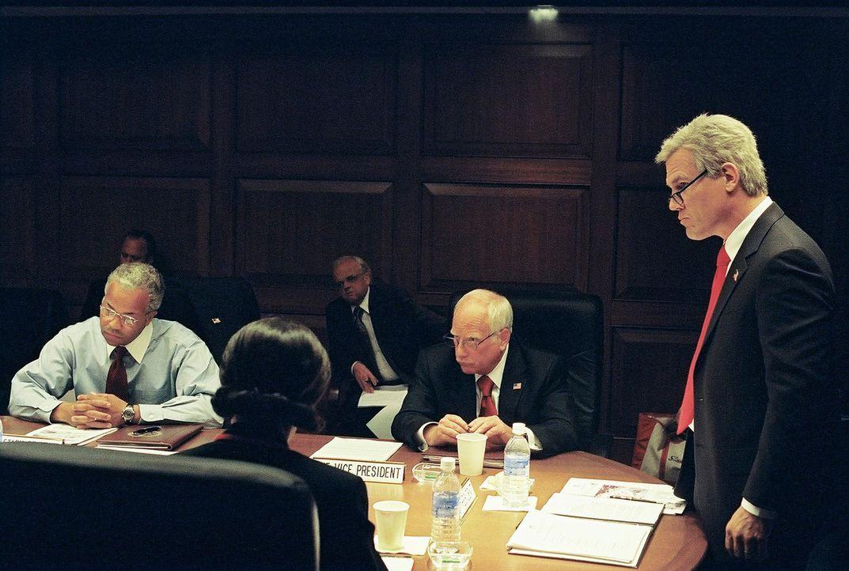 Das brisanteste Problem ihrer Regierungszeit ist der Irakkrieg: (v.l.n.r.) Colin Powell (Jeffrey Wright), Karl Rove (Toby Jones), Dick Cheney (Richa... - Bildquelle: Sidney Ray Baldwin 2008 Lionsgate Entertainment. All Rights reserved.
