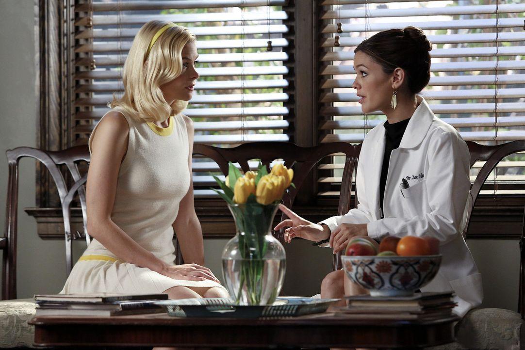 Ein gleiches Ziel schweißt sogar die ärgsten Feinde zusammen: Zoe (Rachel Bilson, r.) und Lemon (Jaime King, l.) wollen Ruby genau auf die Finger sc... - Bildquelle: Warner Bros.
