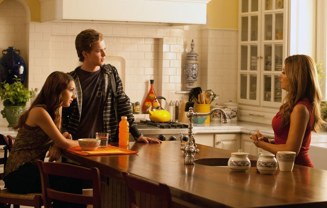 Während Dani (Callie Thorne, r.) einen romantischen Abend mit J.D. verbringt, glauben, Lindsay (Hannah Marks, l.) und Ray Jr. (Patrick Johnson, r.)... - Bildquelle: 2011 Sony Pictures Television Inc. and Universal Network Television LLC.  All Rights Reserved.