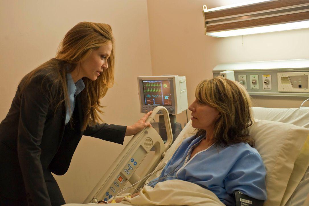 Agent June Stahl (Ally Walker, l.) hatte Gemma (Katey Sagal, r.) zugesagt, dass sie der Todesstrafe entgehen wird, wenn sie sich stellt. Wird sie da... - Bildquelle: 2010 FX Networks, LLC. All rights reserved.