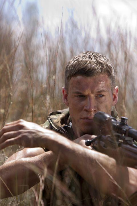 Brandon Beckett (Chad Michael Collins) ist der Sohn des gefürchteten Scharfschützen Thomas Beckett. Nun muss der Marine Sergeant im Kongo europäisch... - Bildquelle: 2011 Sony Pictures Television Inc. All Rights Reserved.