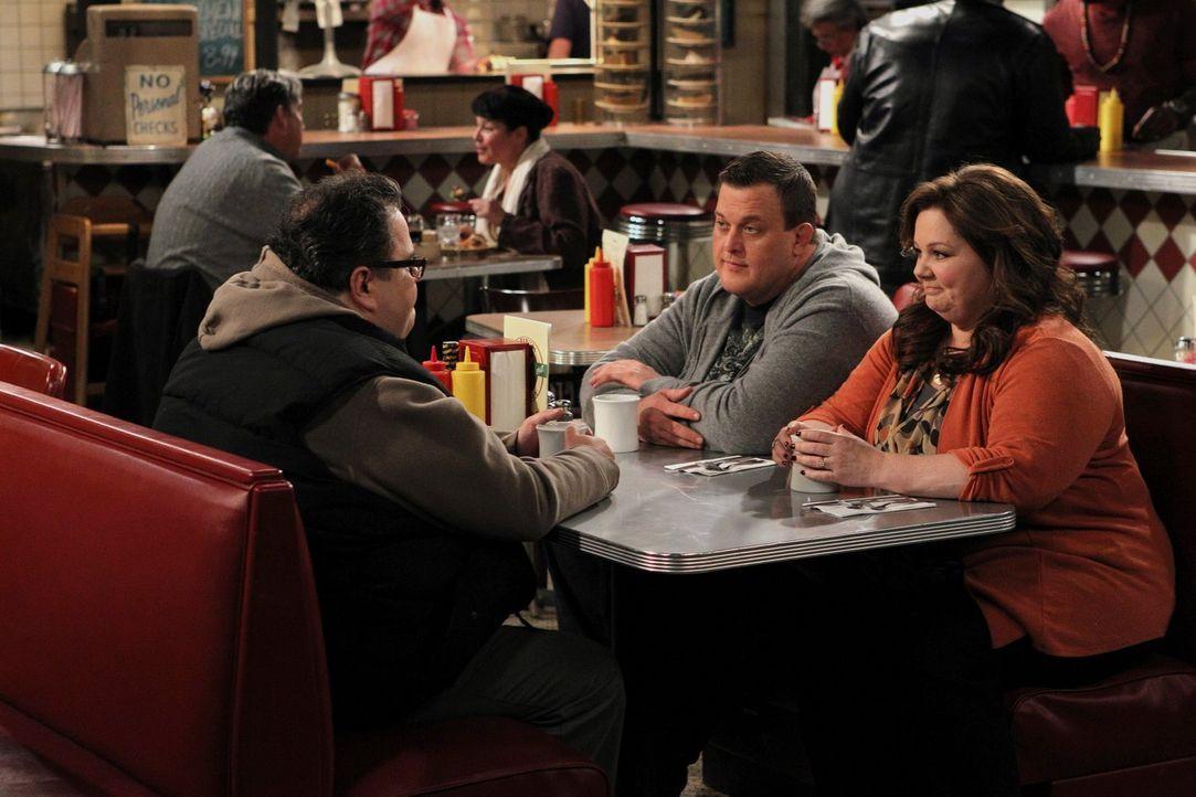 Während Molly (Melissa McCarthy, r.) möchte, dass sie und Mike (Billy Gardell, M.) sich mit einem persönlichen Ehegelübde das Jawort geben, spielt H... - Bildquelle: Warner Brothers