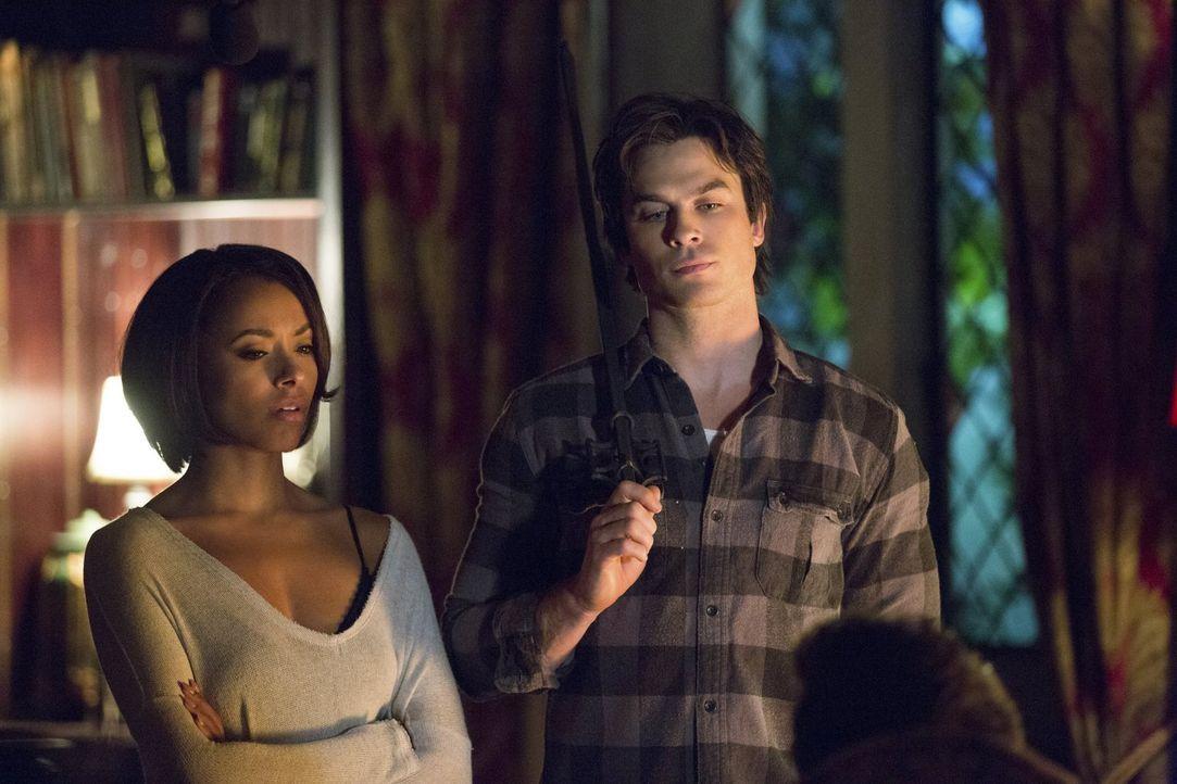 Bonnie (Kat Graham, l.) und Damon (Ian Somerhalder, r.) stehen kurz davor, Antworten zu erhalten. Doch werden ihnen diese gefallen? - Bildquelle: Warner Bros. Entertainment, Inc