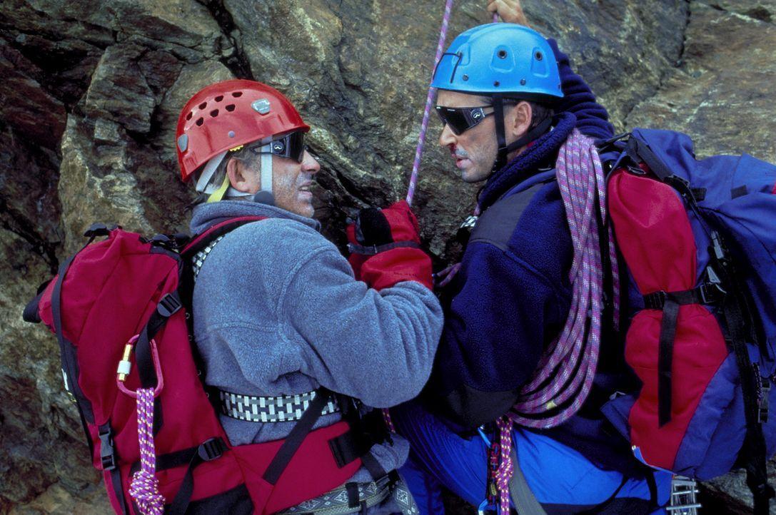 Die beiden Freunde Philipp Gabert (Christoph M. Ohrt, l.) und Dr. Nicolas Amberg (Michael Roll, r.) sind begeisterte Hobby-Bergsteiger - und beide l... - Bildquelle: Frank Lemm ProSieben