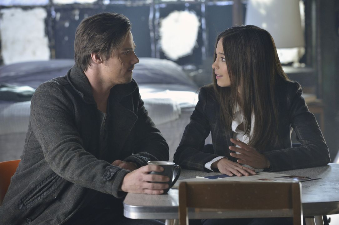 Cat (Kristin Kreuk, r.) ist fest entschlossen, Vincent (Jay Ryan, l.) zu beschützen - koste es, was es wolle! - Bildquelle: Ben Mark Holzberg 2013 The CW Network, LLC. All rights reserved.
