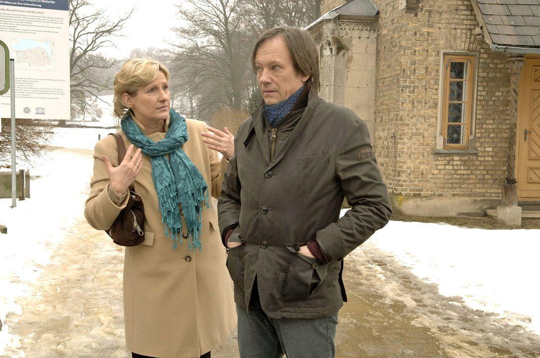 Armin (Rainer Will, r.) versucht Susanne (Heike Jonca, l.) zu beruhigen, als sie sich Sorgen wegen Katjas Verschwinden macht ... - Bildquelle: Noreen Flynn Sat.1