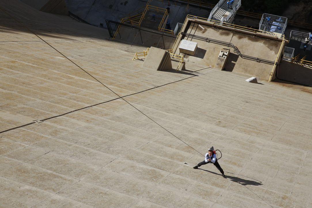 Mithilfe einer riskanten Action müssen Cabe (Robert Patrick) und das Scorpion Team einen Damm sichern, dessen Zusammensturz eine ganze Stadt auslösc... - Bildquelle: Robert Voets 2015 CBS Broadcasting, Inc. All Rights Reserved.