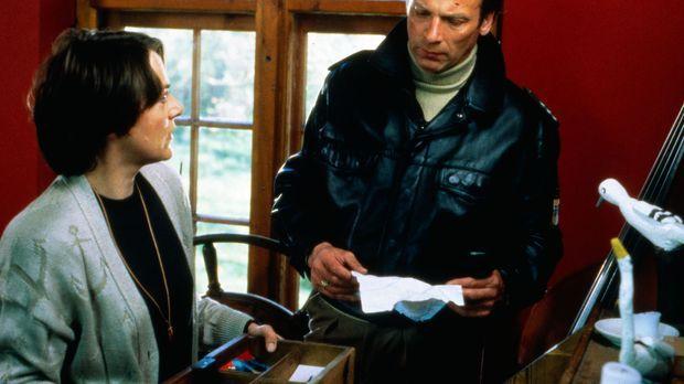 Jutta Knoll (Sabina Trooger, l.) bittet Valentin (Wolfgang Fierek, r.) um Hil...