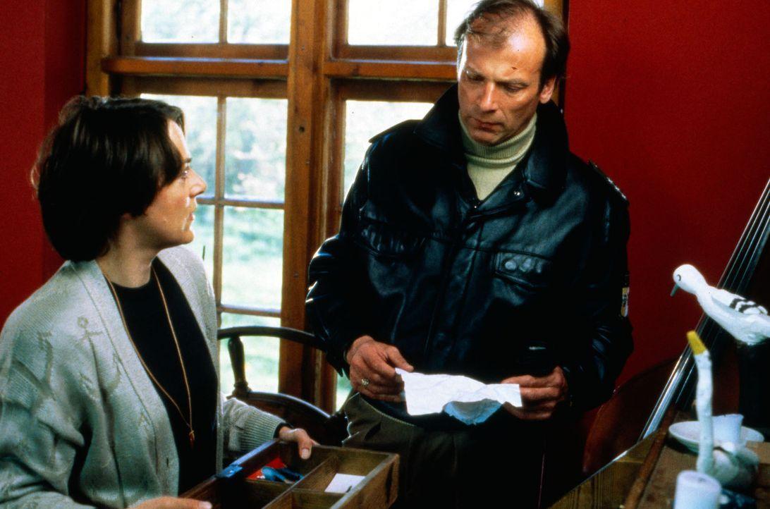 Jutta Knoll (Sabina Trooger, l.) bittet Valentin (Wolfgang Fierek, r.) um Hilfe, sie hat ihren Mann in Verdacht, daß er ihr Vermögen an sich reißen... - Bildquelle: Conny Klein SAT.1