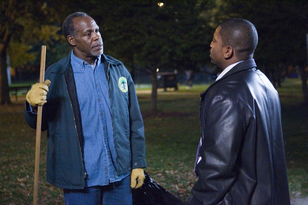 Pratt (Mekhi Phifer, r.) lässt sich auf einen Versuch ein, sich mit seinem Vater (Danny Glover, l.) zu versöhnen, der jedoch schmerzlich scheitert,... - Bildquelle: Warner Bros. Television