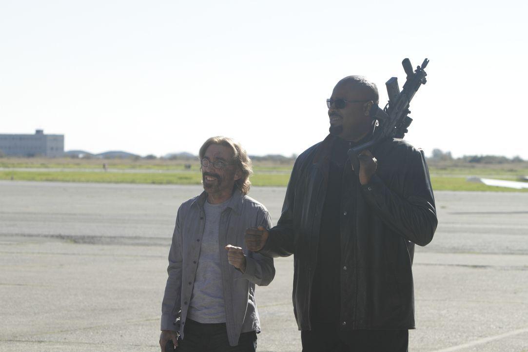 Wissen ganz genau, dass Maria großen Ärger mit sich bringt: Winston (Chi McBride, r.) und Guerrero (Jackie Earle Haley, l.) ... - Bildquelle: 2011  Warner Bros.
