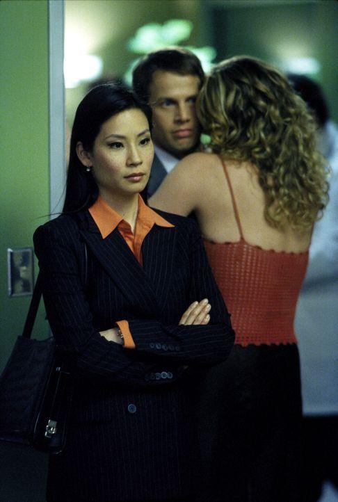 Ling (Lucy Alexis Liu, l.) ist alles andere als begeistert, als der neue Anwalt Mark Albert (James Le Gros, r.) sie und Ally bei einem Fall unterstü... - Bildquelle: 2000 Twentieth Century Fox Film Corporation. All rights reserved.