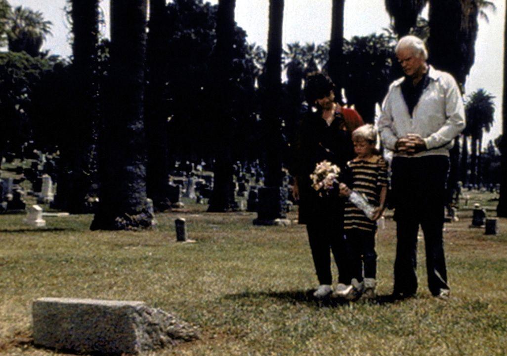 Lorraine (Jane Daly, l.) und ihr Schwiegervater Joe (Tony Mockus, r.) nehmen Stevie (Garette Patrick Ratliff, M.) zum Grab seines Vaters mit. - Bildquelle: Worldvision Enterprises, Inc.