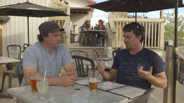 Beim gemeinsamen Biertrinken kommt den Brüdern eine neue Idee. Andrew (r.) un...