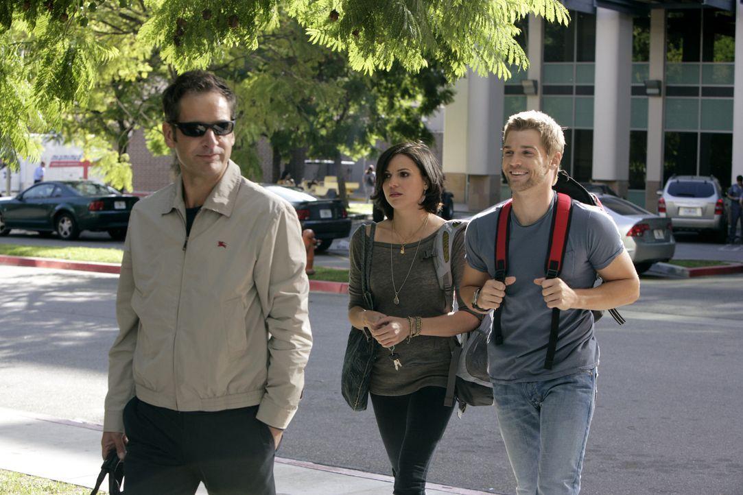 Dr. Proctor (Jeremy Northam, l.) wurde mit einer Unbekannten gesichtet: Dr. Zambrano (Lana Parilla, M.) und Dr. DeLeo (Mike Vogel, r.) spekulieren,... - Bildquelle: Warner Brothers