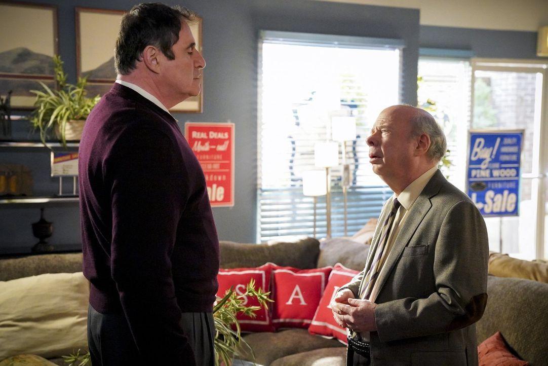 Wie werden Ira Rosenbloom (Richard Kind, l.) und Dr. Sturgis (Wallace Shawn, r.) reagieren, wenn sie erfahren, dass sich Meemaw mit ihnen beiden tri... - Bildquelle: Warner Bros. Television