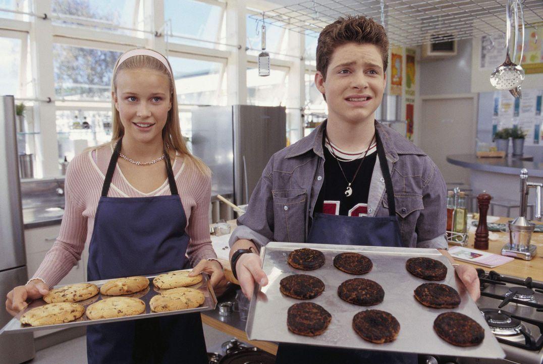 Gemeinsam fabrizieren Eddie (Taylor Ball, r.) und Hannah (Rose McIver, l.) kulinarische Köstlichkeiten am laufenden Band ... - Bildquelle: The Disney Channel