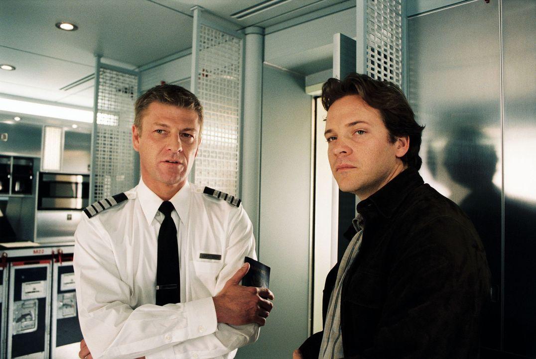 Der Pilot Rich (Sean Bean, l.) und der Flugsicherheitschef Carson (Peter Sarsgaard, r.) befürchten, dass Kyle die Sicherheit der anderen Passagiere... - Bildquelle: Touchstone Pictures.  All rights reserved