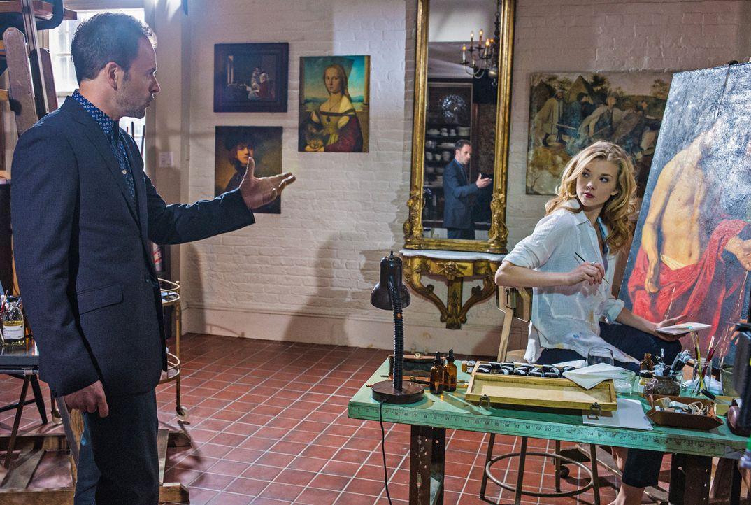 Das plötzliche Auftauchen von Sherlocks (Jonny Lee Miller, l.) Ex-Geliebter Irene Adler (Natalie Dormer, r.) führt zu einigen Erinnerungen an die Ze... - Bildquelle: CBS Television