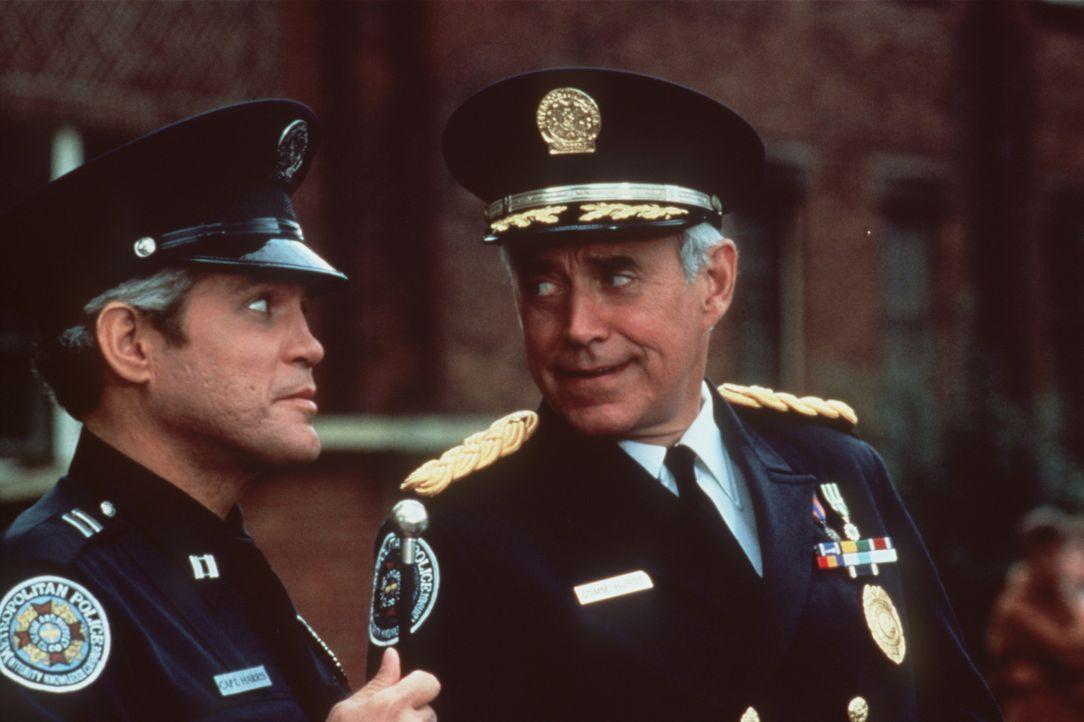 Kommandant Lassards (George Gaynes, r.) Idee, eine Bürgerwehr zu gründen, findet Captain Harris (G.W:Bailey, l.) völlig indiskutabel. - Bildquelle: Warner Bros.
