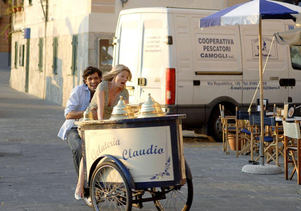 Zwei, die sich näher kommen: Fabio (Pasquale Aleardi, l.) und Lissy (Annette Frier, r.). - Bildquelle: Sat.1