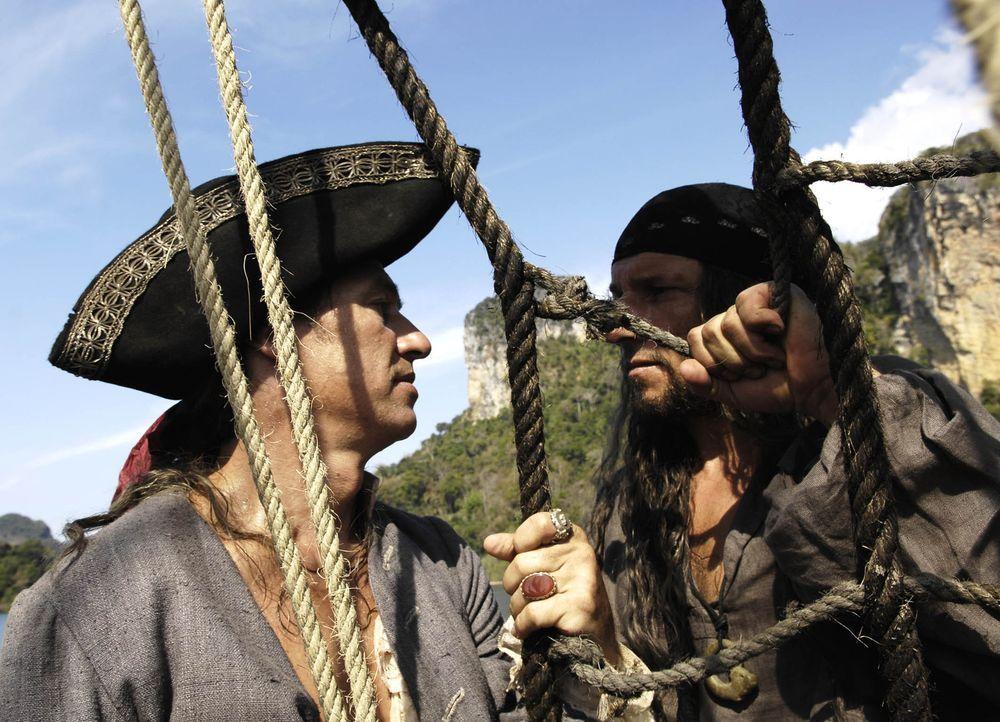 Kommen sich massiv in die Quere: der eiskalte Pirat Black Dog (Richy Müller, r.)und gefürchtete Freibeuter Long John Silver (Tobias Moretti, l.) ... - Bildquelle: Gordon Mühle ProSieben