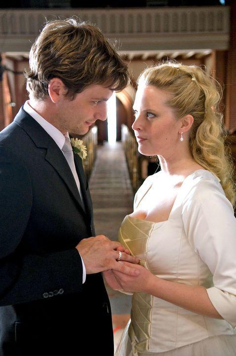 Ohne ihre Mutter zur eigenen Hochzeit eingeladen zu haben, heiratet Greta (Diana Amft, r.) David (Florian Stetter, l.). - Bildquelle: Sat.1