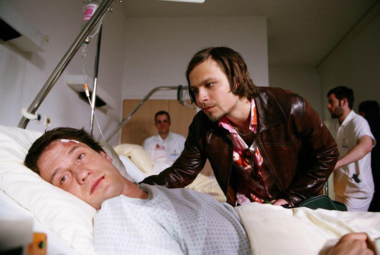 Als sein Bruder Thomas (Oliver Mommsen, l.) bei einem Autounfall verletzt wird, kommt Andi (Tim Sander, r.) eine grandiose Idee, um der drohenden Pl... - Bildquelle: Erika Hauri ProSieben