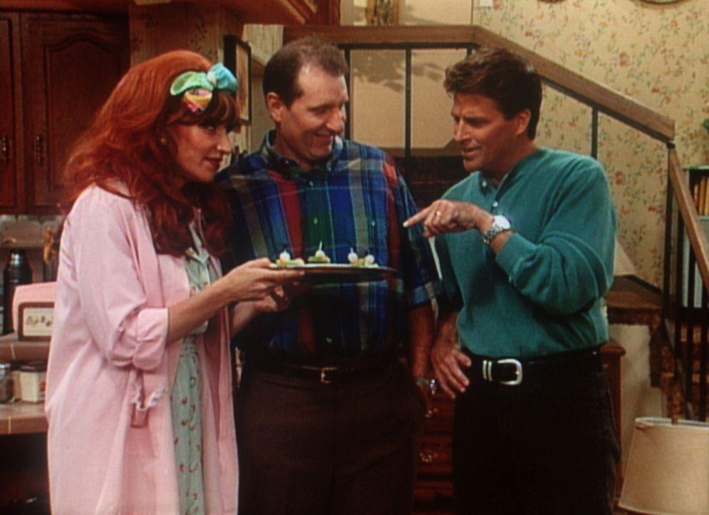 """Stolz präsentiert Al (Ed O'Neill, M.) seinem Nachbarn Jefferson (Ted McGinley, r.) seine """"neue"""" Peggy (Katey Sagal, l.). - Bildquelle: Columbia Pictures"""
