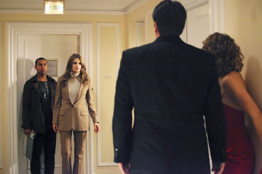 Kate Beckett (Stana Katic, 2.v.l.) und Javier Esposito (Jon Huertas, l.) betreten genau in dem Moment den Flur, in dem sich Richard Castle (Nathan F... - Bildquelle: 2011 American Broadcasting Companies, Inc. All rights reserved.