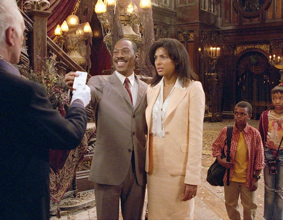 Eines Tages reist Immobilienmakler Jim Evers (Eddie Murphy, l.) zusammen mit seiner Familie (v.l.n.r.: Marsha Thomason, Marc John Jefferies, Aree Da... - Bildquelle: Buena Vista Pictures Distribution
